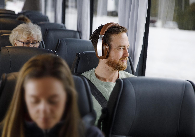 Passasjer som ser ut vinduet på buss