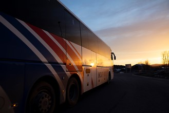 NOR-WAY-buss i solnedgang